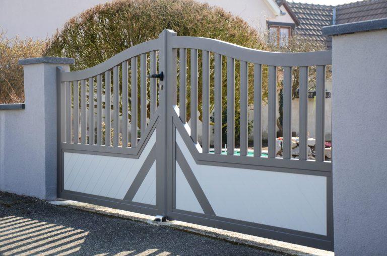 portail battant classique bicolore blanc et gris
