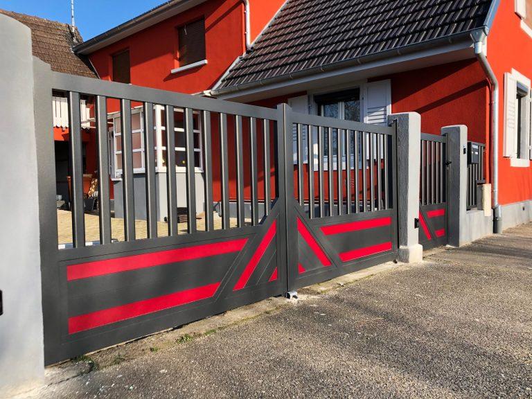 portail battant classique motif gris et rouge